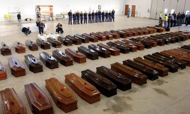 Les cercueils des migrants morts noyés au large de Lampedusa (Italie), le 3 octobre 2013. © Reuters