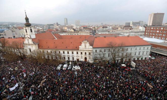 Une manifestation à Bratislava, le 16 mars 2018, après le meurtre du journaliste Ján Kuciak et sa fiancée. © Reuters / David W. Cerny