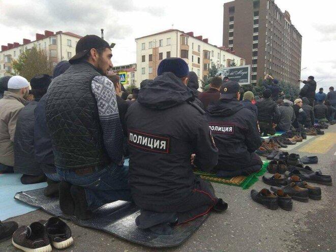 Manifestants et policiers ingouches prient ensemble © Balsat