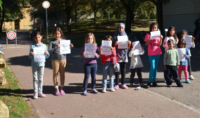 Enfants vivants à la rue dans la ville de Metz, auxquels est refusée de surcroît l'inscription à l'école.