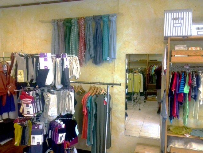 Des vêtements qui sont rangés par taille © Juju