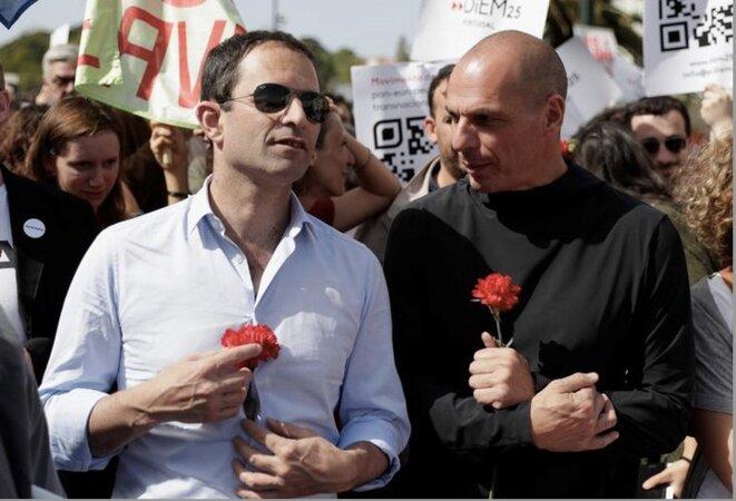 Benoit Hamon et Yanis Varoufakis le 26 avril 2018 à Lisbonne. © Reuters
