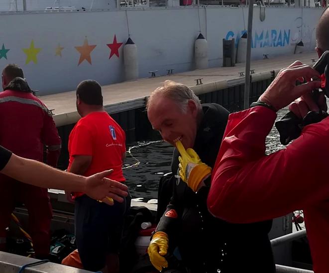 Dominique Tian, premier adjoint au maire de Marseille, sort de l'eau. Mission accomplie ! © Philippe Léger