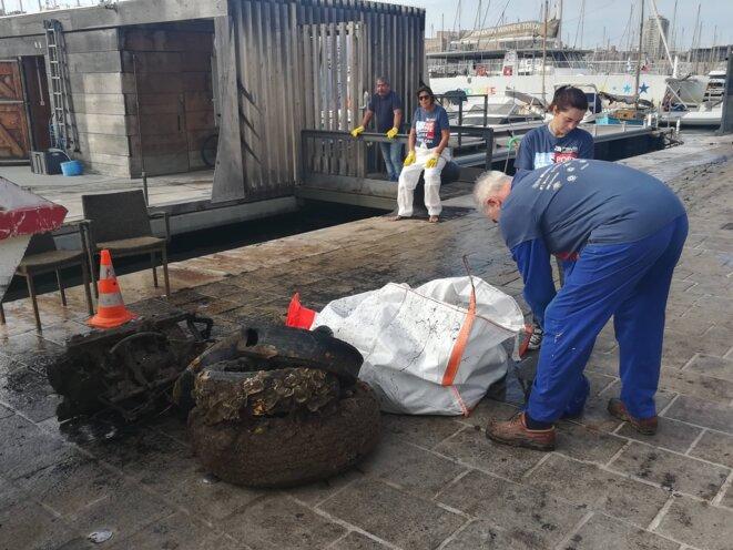 Les déchets sont déposés sur le quai © Ph L