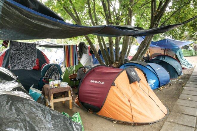 Les tentes s'entassent avec leurs auvents de fortune