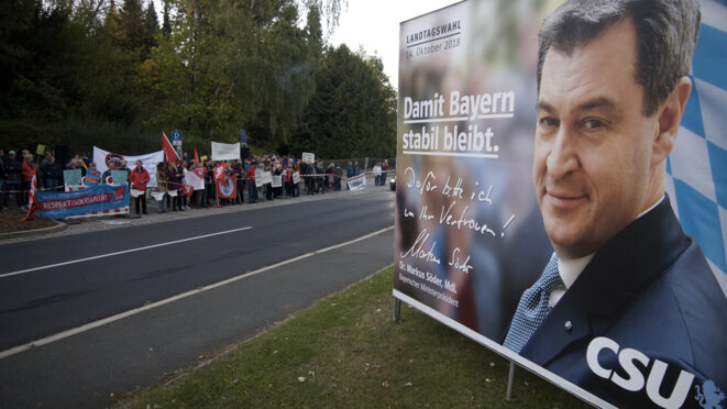 Une manifestation contre une réunion publique de l'AfD à Gefrees, le 4 octobre. « Pour que la Bavière demeure stable », proclame l'affiche de campagne du candidat CSU Markus Söder. © DH/Mediapart
