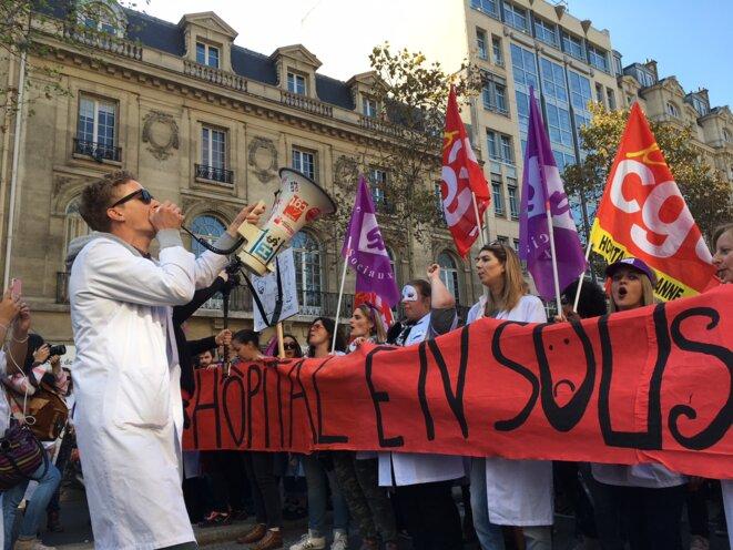 Le cortège de défense de la psychiatrie parisienne, à Paris le 9 octobre. © Mathilde Goanec