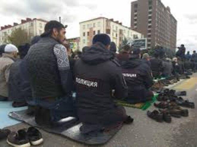Policiers et manifestants ingouches prient ensemble © Méduza