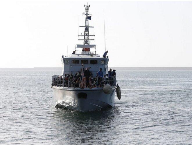 Un bateau de la marine libyenne avec des migrants à bord arrive à Tripoli. © Reuters