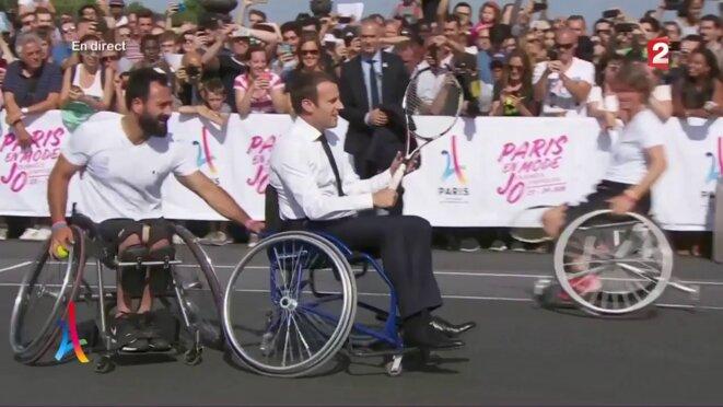 Emmanuel Macron a joué au tennis-fauteuil, en juin 2017, pour soutenir la candidature de Paris aux Jeux olympiques 2024.