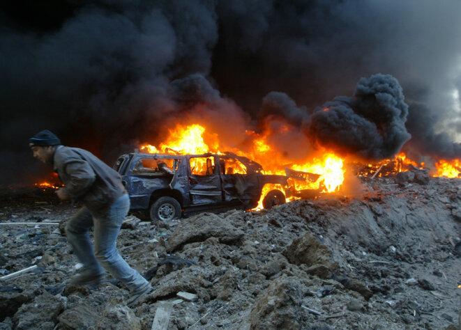 Le convoi en feu de Rafic Hariri, assassiné le 14 février 2005 dans un attentat à Beyrouth. © Reuters