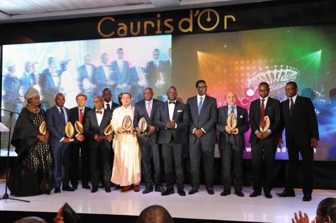 Photo de famille des lauréats des Cauris d'or qui récompensent les personnalités d'Afrique occidentale © DR