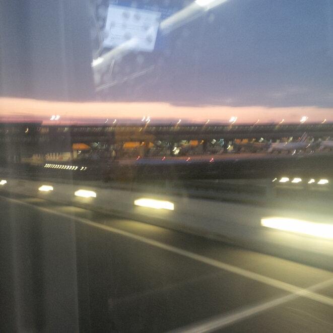 Un matin, l'aéroport © Léo