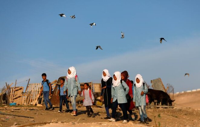 De jeunes habitants de Khan Al-Ahmar en route vers l'école, le 16 octobre. © Reuters