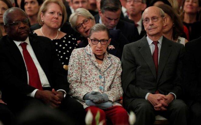 9 octobre 2018. Ruth Bader Ginsburg assiste à l'investiture de Brett Kavanaugh à la Cour suprême. À gauche, Clarence Thomas, son collègue accusé de harcèlement sexuel en 1991 par la juriste Anita Hill. © Reuters