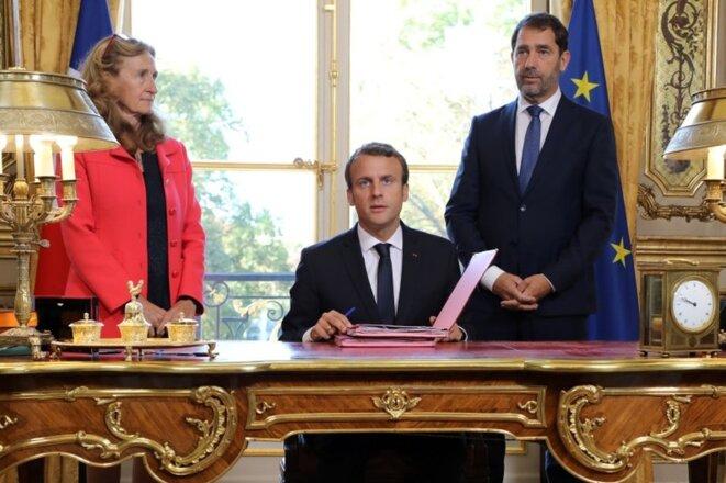 Emmanuel Macron lors de la signature de la loi Moralisation le 15 septembre, entouré de Nicole Belloubet et Christophe Castaner. Crédit : LUDOVIC MARIN / AFP