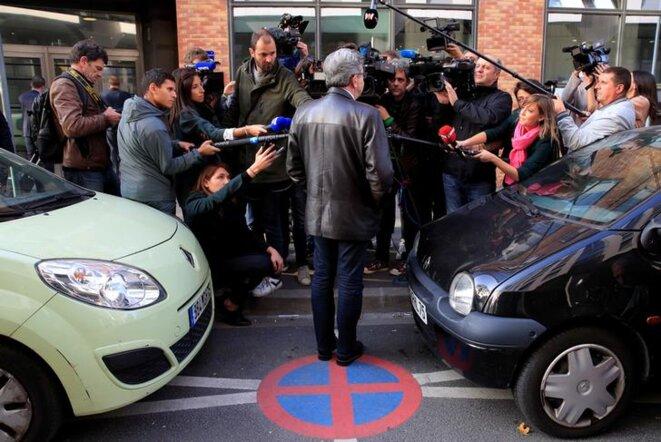 Jean-Luc Mélenchon, entouré de journalistes, devant le siège de La France insoumise, le 16 octobre. © Reuters