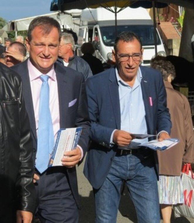 Louis Aliot et Mohamed Bellebou lors d'un tractage sur un marché.