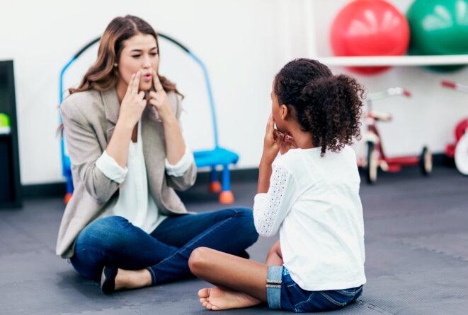 Jeune fille avec l'enseignant dans une session d'orthophonie. FatCamera / iStock © FatCamera / iStock