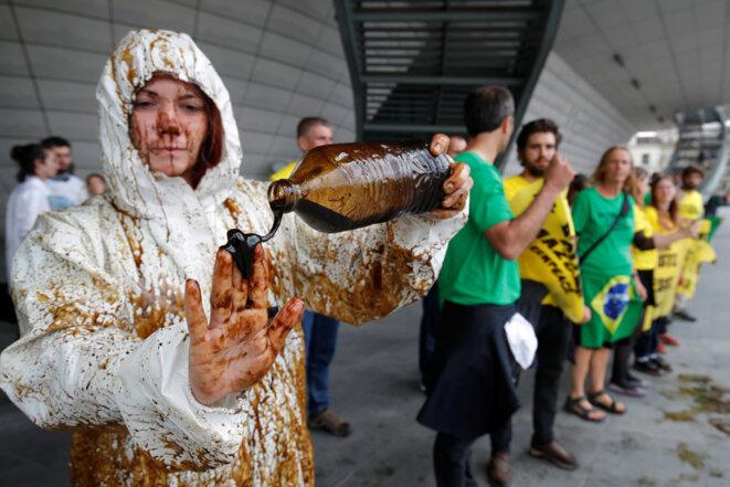 Une activiste de Greenpeace dénonce les forages en Guyane. © Reuters