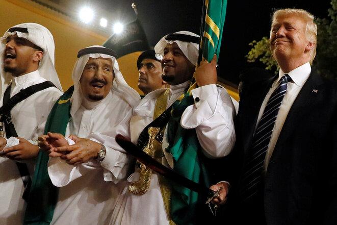 Donald Trump es recibido en Arabia Saudí durante su primer viaje al extranjero por el rey Salmane (en el centro). © Reuters
