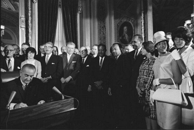 Photo du président Lyndon Johnson signant la loi sur le droit de vote, entouré de Martin Luther King et d'autres leaders des droits civiques, Washington, DC, 6 août 1965 © Johnson White House Photographs