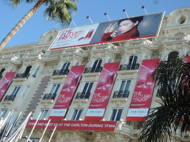 Publicité pour un parfum sur la façade de l'hôtel Carlton © pt