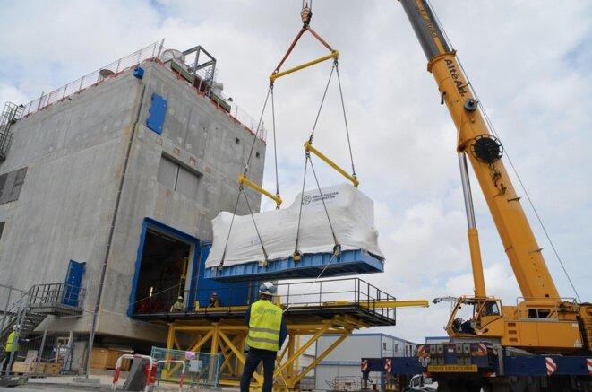 Installation du diesel d'ultime secours sur la centrale de Blayais. © EDF