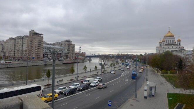 """Sur le pont du Kremlin, à gauche """"La maison sur le Quai"""" à droite la Cathédrale Christ sauveur. © CB"""
