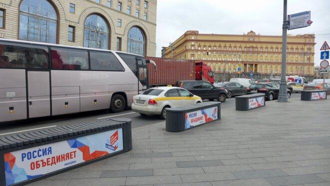 Vers la place Loubianka et les affiches pour la fête de l'Unité, de Pojarski et Minine du 4 novembre qui remplace l'anniversaire d'Octobre © CB