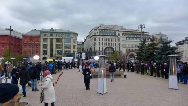 Sur la place, autour de la pierre des Solovki. © CB
