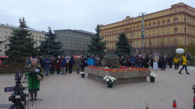 Sur la place Loubianka à côté de la pierre des Solovki © CB