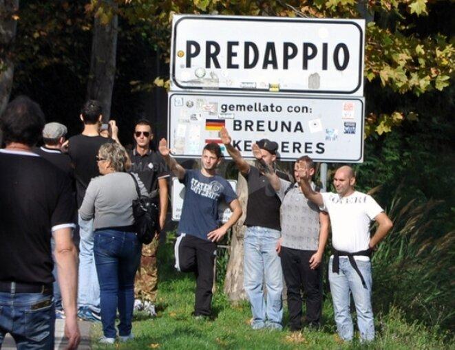 Photo souvenir de Predappio le 28 octobre, photo par Enrico Rondoni pour romagnanoi.it © http://www.romagnanoi.it/gallery/1195132/Riecco-i-nostalgici--in-duemila.html