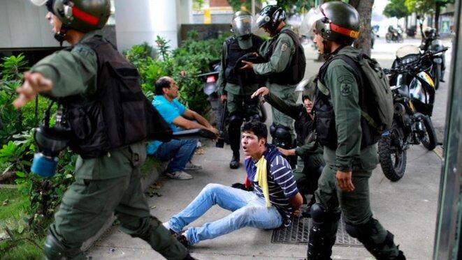 Un manifestant arrêté à Caracas le 27 juillet 2017. © Reuters