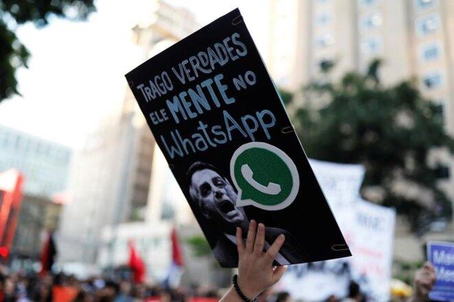 « Il ment sur WhatsApp » : manifestation contre Bolsonaro, le 20 octobre 2018 à São Paulo. © Reuters
