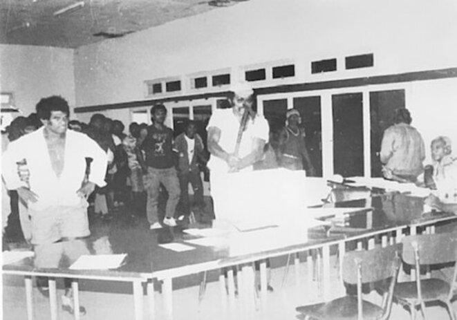 Éloi Machoro brisant l'urne à Canala, le 18 novembre 1984. © Louise Takamatsu
