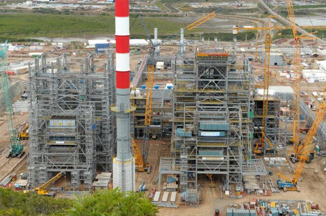 Photo de la construction de la centrale au charbon du site de Koniambo (capacité combinée de 3 500 MW)