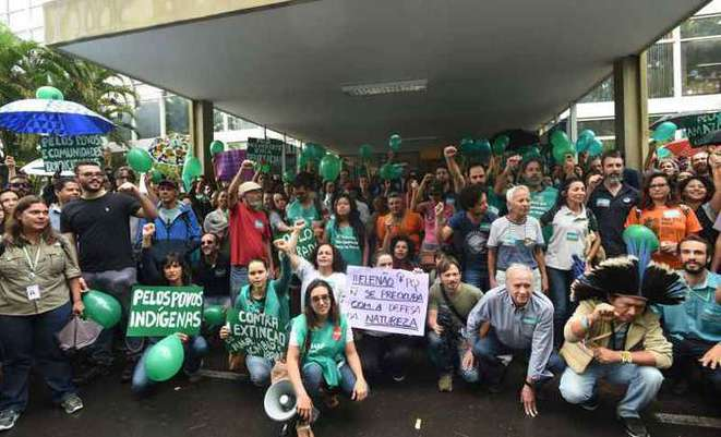 Manifestation des fonctionnaires du Ministère de l'Environnement (MMA) à Brasília le 19 octobre 2018, lors de l'entre-deux tours des élections. © Ed Alves/CB/D.A Press. Photo obtenue à l'adresse : https://www.correiobraziliense.com.br/app/noticia/politica/2018/10/19/interna_politica,713784/servi