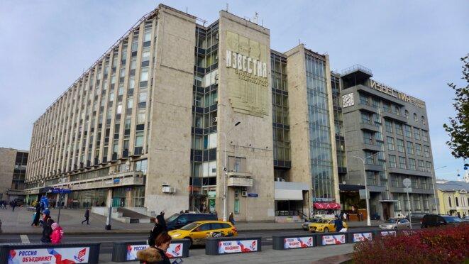 Au pied de l'immeuble historique des Ivestia, ancien journal du régime soviétique, des publicités pour la fête du 4 novembre. © CB