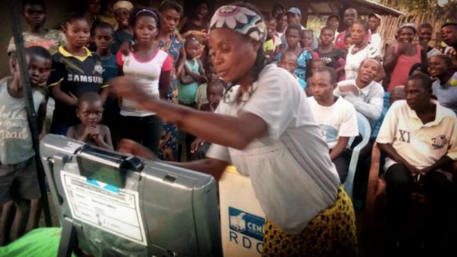 """Démonstration de la """"machine à voter"""" dont l'opposition rejette l'utilisation © Twiiter - DR"""