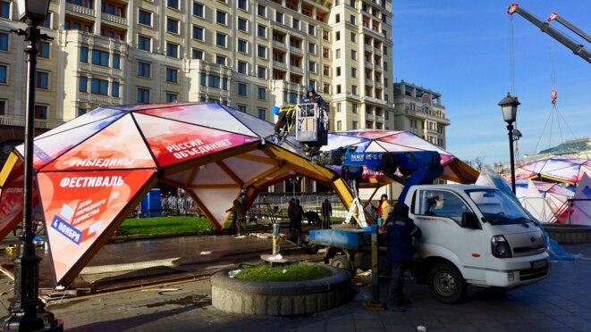 Les préparatifs pour la fête du 4 novembre au pied de l'hôtel Moskva et devant le Métropol. © CB