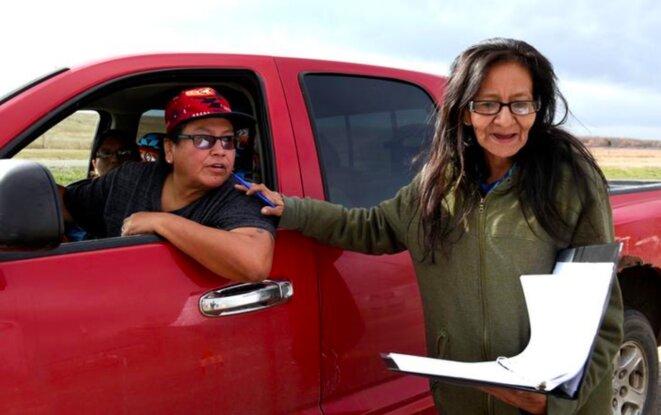 Une volontaire encourage les habitants de la réserve indienne-américaine de Standing Rock (Dakota du Nord). © Reuters