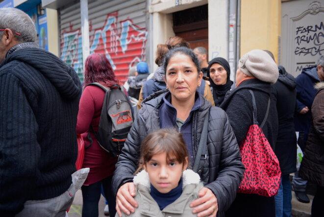Saïda et sa plus jeune fille attendent despérement l'identification des corps, le 7 novembre 2018. © LF