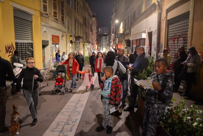 Rue d'Aubagne, des Marseillais viennent suivre les opérations de déblaiement, le 7 novembre 2018. © LF