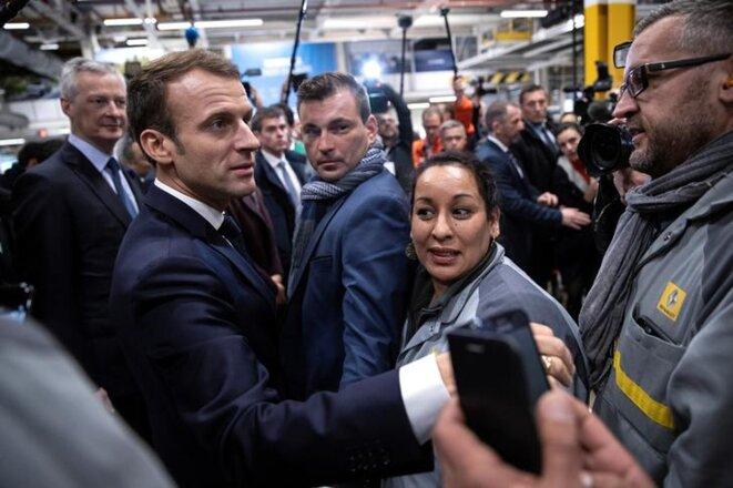 Emmanuel Macron interpellé par un ouvrier de l'usine Renault de Maubeuge le 8 novembre 2018. © Reuters