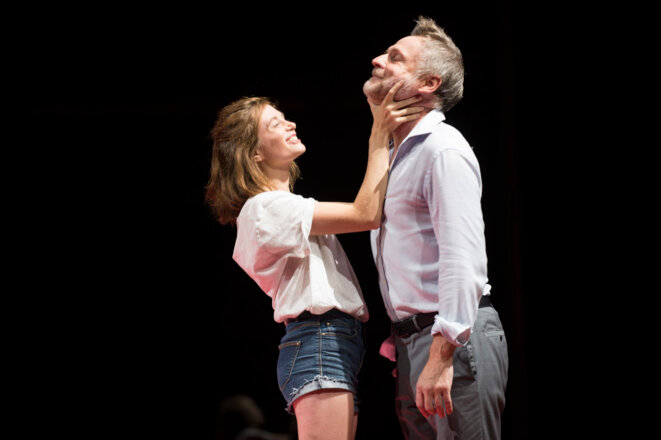 De gauche à droite : Suzanne Aubert (Agnès) et Claude Duparfait (Arnolphe). © Théâtre de l'Odéon
