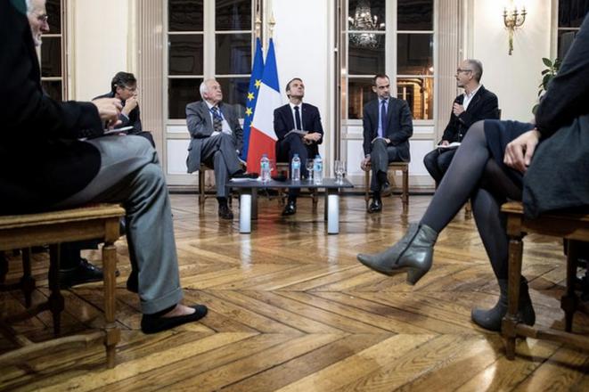 Emmanuel Macron et le conseil scientifique de la Mission du centenaire, le 9 novembre, à Péronne. © Reuters