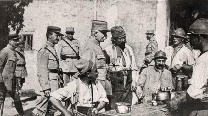 Le général Philippe PETAIN inspectant la troupe en 1916 © Domaine public