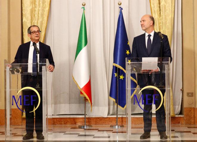 le ministre italien des finances Giovanni Tria et Pierre Moscovici, commissaire européen chargé des affaires économiques et financières le 18 octobre. © Reuters