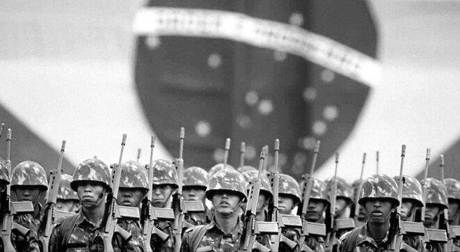 El ejército brasileño bajo la dictadura, un espectro que Bolsonaro promete resucitar.